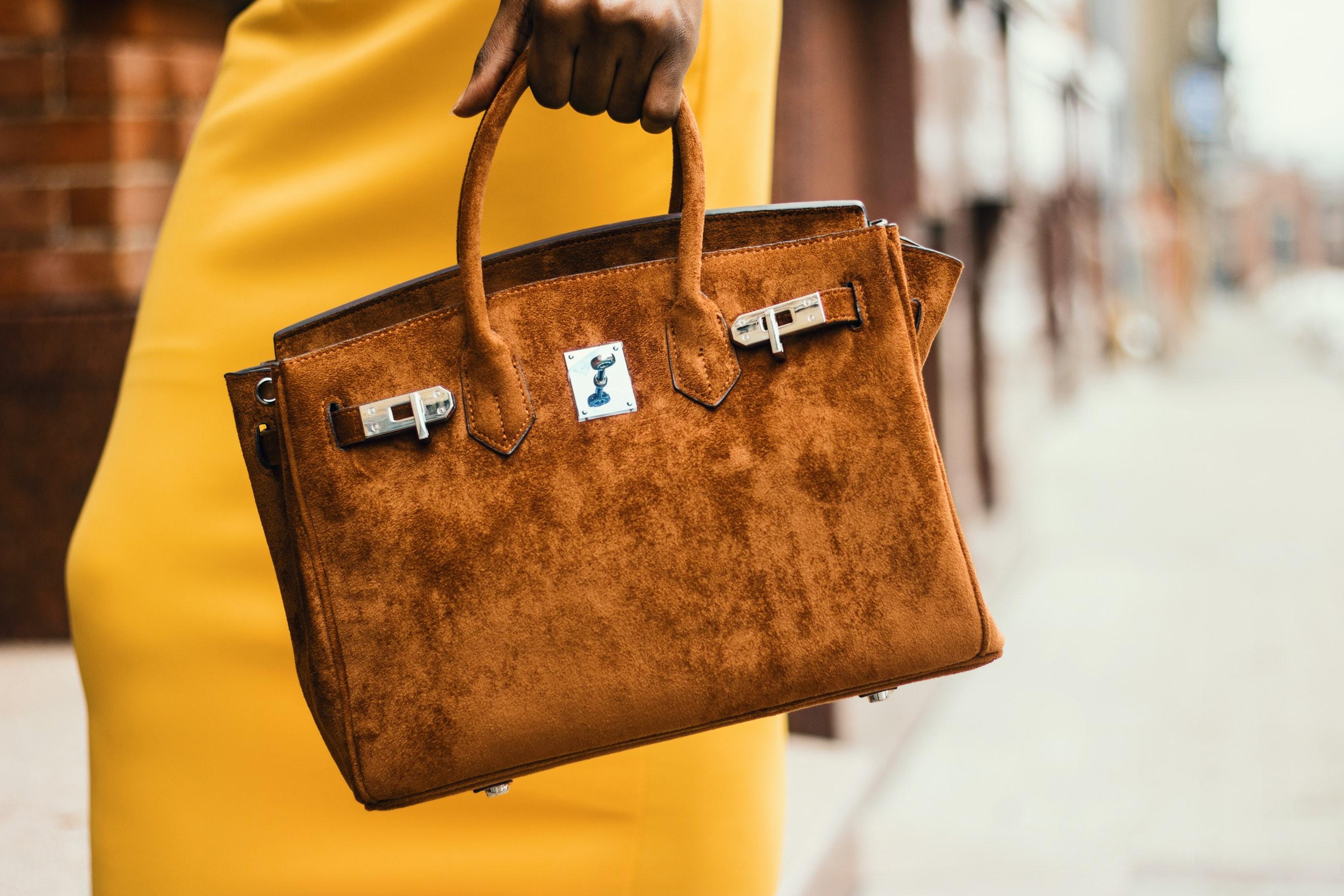 Limpieza de bolso de ante marrón