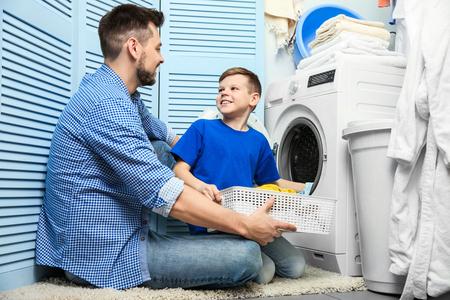 Padre e hijo haciendo la colada