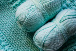 Alfombra de lana con dos ovillos encima
